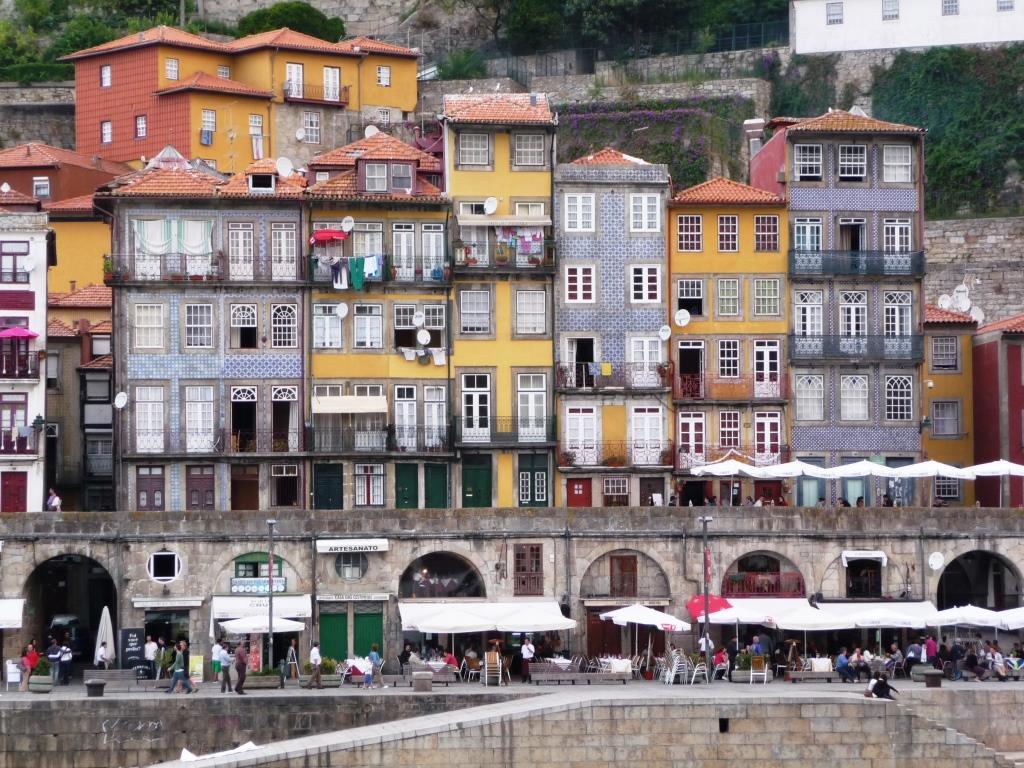 bestglobe echos de porto sur le douro au portugal 1 3 vu du fleuve. Black Bedroom Furniture Sets. Home Design Ideas