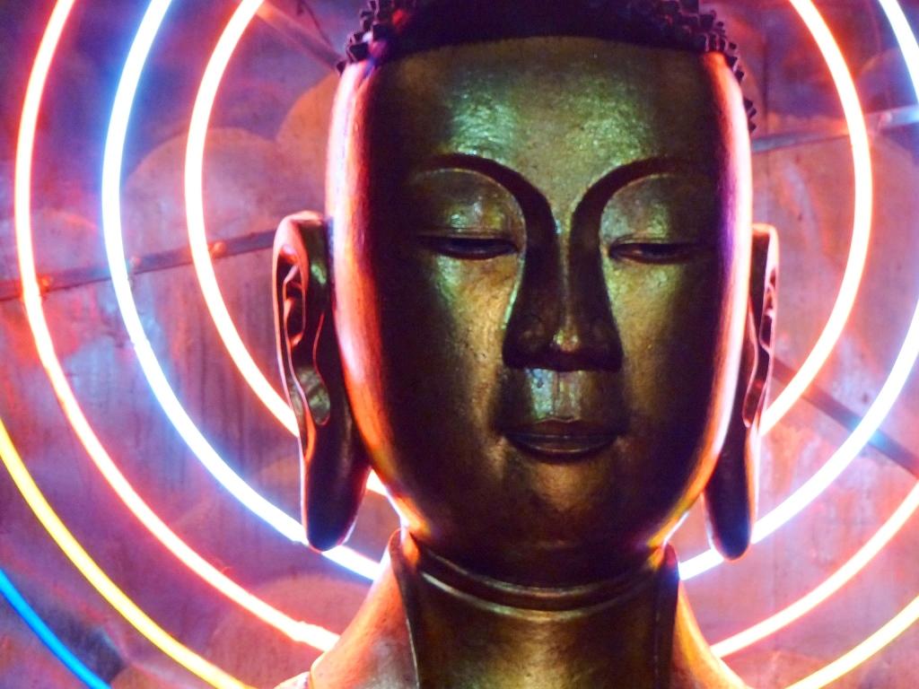 Vietnam delta Mékong VenSông Lodge guesthouse religions bouddhisme Le visage de Bouddha auréolé de néons dans la pagode de My Tho