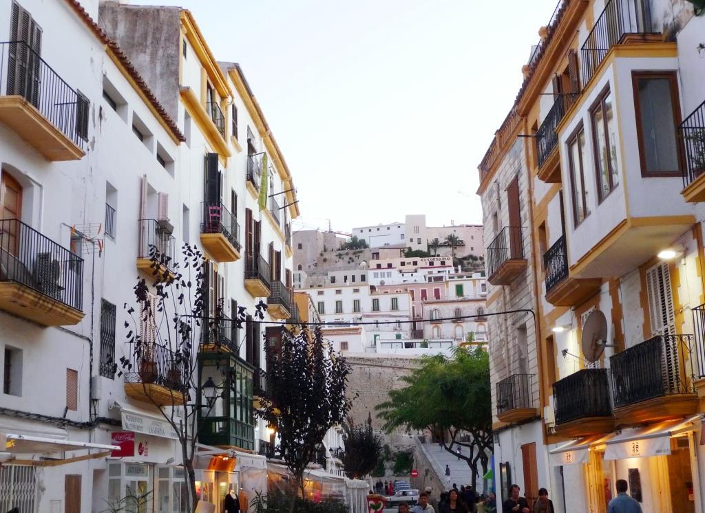 Méditerranée Espagne Catalogne Baléares Ibiza île Forteresse La Almudaina classé Unesco vieille ville Dalt Vila ruelles boutiques culture histoire Les maisons de la veille ville d'Aivissa (Ibiza), derrière le rempart vues du quartier du port