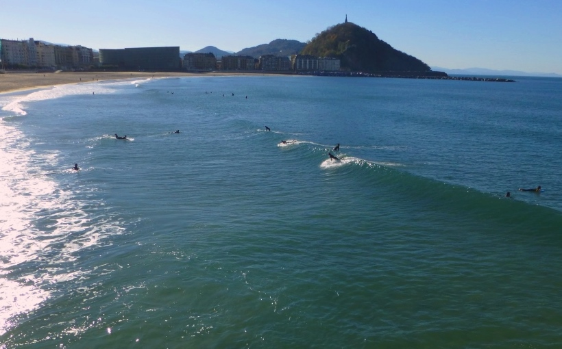 Donostia Espagne pays basque espagnol Euskadi Guipuzcoa Cantabrique San Sebastian Zurriola surf Kursaal Concha plage Urgull baie La plage de la Zurriola avec ses surfeurs et, au fond, de l'autre côté du fleuve, Urumea, la pointe du mont Urgull