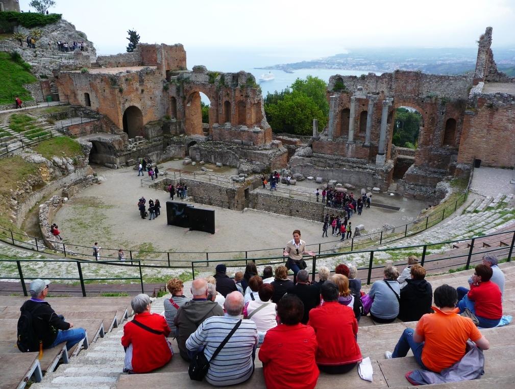 Méditerranée Italie Sicile Taormine Théâtre grec romain amphithéâtre gradins Comme au spectacle il y a 2400 ans