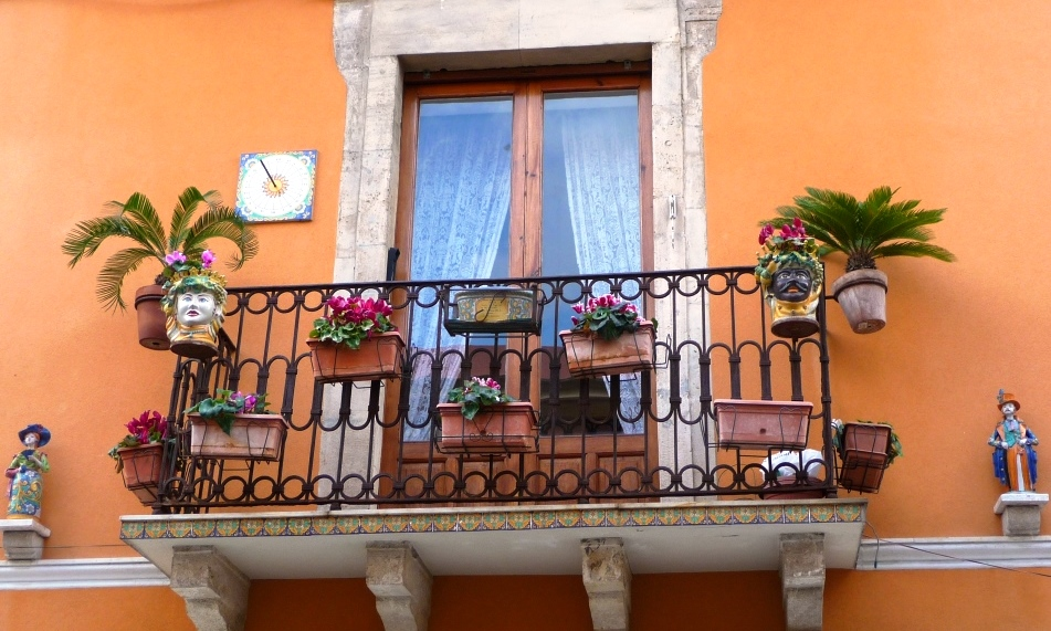 Méditerranée Italie Sicile Taormine Caltagirone céramiques art pots carreaux de faïence têtes de maures Beaucoup de balcons de Taormine sont chargés d'objets en céramique