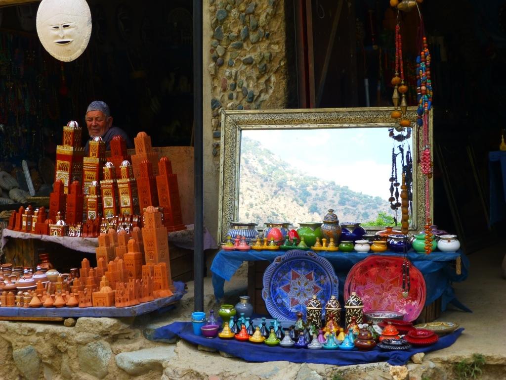 Maghreb Maroc vallée de l'Ourika Toubkal Atlas Marrakech douar Setti Fatma Côté ombre de la vallée, les couleurs d'un bazar de souvenirs, et, dans le miroir, le versan ensoleillé de la vallée