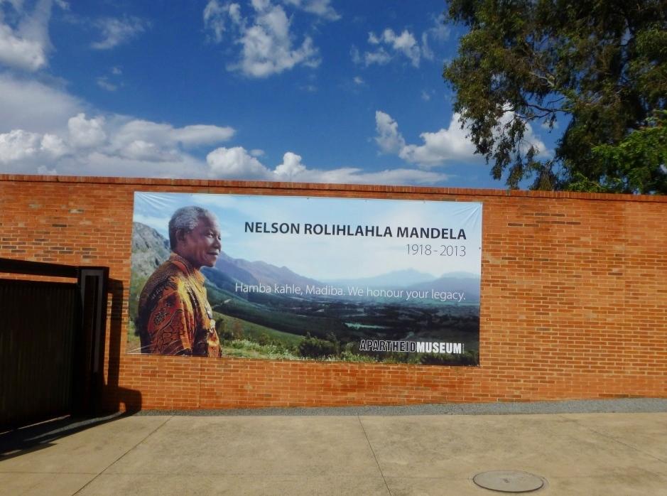 Afrique du Sud apartheid discrimination musée Johannesburg Nelson Mandela, l'homme qui a sauvé son pays de l'autodestruction, vedette du musée de l'apartheid de Johannesburg