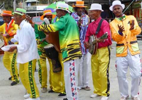 """Un orchestre de """"minstrels"""" est un tourbillon de musiques et de couleurs"""