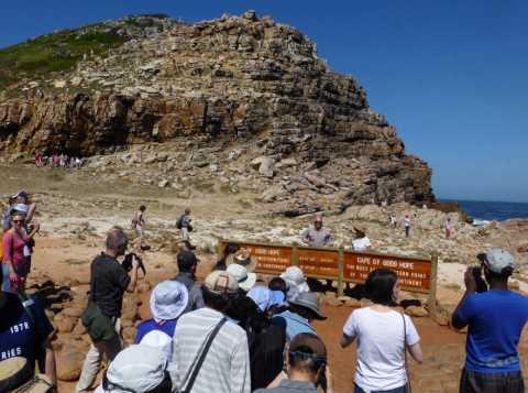 Bousculade et queue pour se faire photographier devant le panneau du Cap de Bonne Espérance