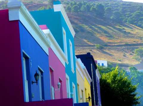 Une vue du quartier de Bo-Kaap sous les montagnes dans le cebtre de Cape Town