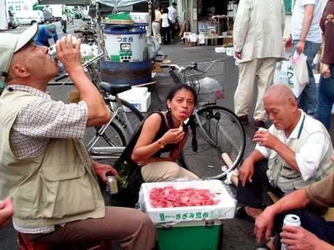 Japon Indonésie Dégustation de sashimi de thon avec des pêcheurs du marché de Tsukiji à Tokyo