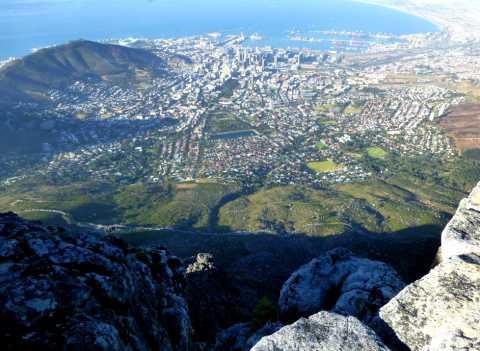 """Vue plongeante sur la ville et le port du Cap depuis le sommet de """"table mountain"""""""
