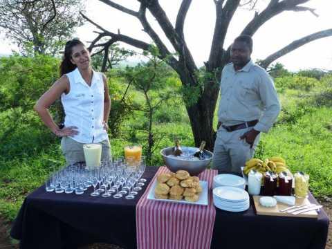 Afrique du Sud Sade Peneff organise une pause buffet en pleine brousse au milieu des animaux en liberté