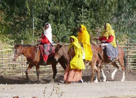 Cavaliers en habits de fête colorés croisés sur les chemins (Ethiopie)