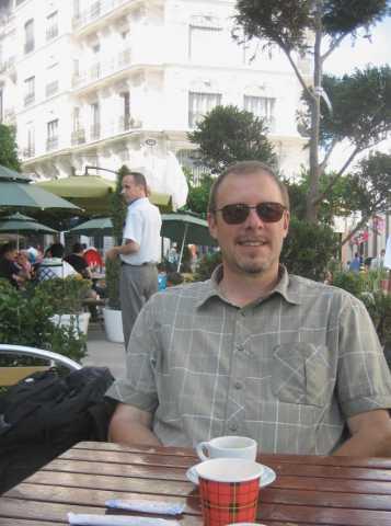 écrivain Thierry Leroy dans une rue d'Alger