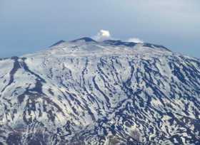 Italie Sicile Etna île volcan lave neige montagne Un géant endormi qui fait des rots et des ronds de fumée