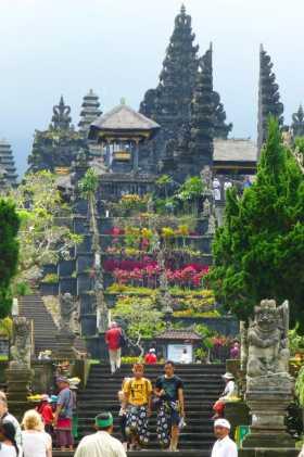 Indonésie Bali temple hindouisme temple mère Besakih pèlerinage Le temple-mère de Besakih, comme un grand jardin fleuri