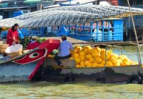 Vietnam delta Mékong fleuve eaux bateaux VenSông Lodge guesthouse densité commerce Des barques surchargées échangent des tonnes de marchandises dès le petit matin