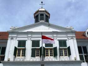 """Asie Indonésie Java Jakarta Batavia palais stadhuis gouverneur Le nom de """"gouverneurskantoor"""" est toujours visible sur le pignon central de l'ancien Stadhuis de l'ex Batavia à Java (Indonésie)"""