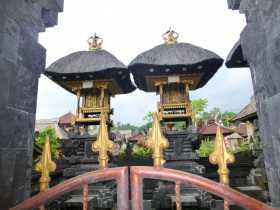 Indonésie Bali village traditionnel de Penglipuran Toits de chaume sur une temple domestique au centre du village