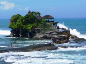 Indonésie Bali temple hindou hindouisme mer île pèlerinage L'île temple rocher de Tanah Lot à Bali, battue par la houle