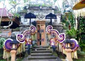Indonésie Bali Hindouisme palais royal Ubud L'entrée étincelante et bariolée d'un des bâtiments du palais