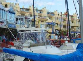 Méditerranée Espagne Costa del Sol Malaga Benalmadena marina port plaisance bateaux architectures L'enchevêtrement des bateaux et des architectures dans le port de Benalmadena