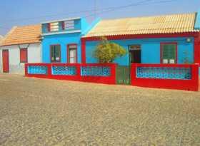 Cap Vert Boa Vista sable désert Atlantique île Des maisonnettes colorées comme des maisons de poupées