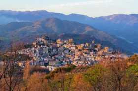 Méditerranée ionienne Italie Sicile Etna Castiglione di Sicilia village montagne sicilien Le village de Catiglione di Sicilia tel qu'il m'est apparu au détour d'un virage, comme un nid, à la lumière du soir
