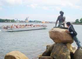 Danemark Copenhague La petite sirène cernée et harcelée par des touristes impudiques et voyeurs