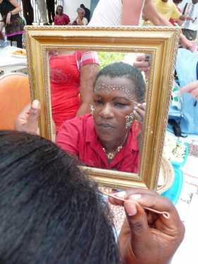 Mayotte Comores Océan Indien Devant leur miroir, les plus douées dessinent elle-même leurs desssins géométriques