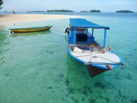 Asie Indonésie mille îles Java plage farniente Putri Island paradisiaque Petites barques sur une eau claire devant une langue de sable déserte