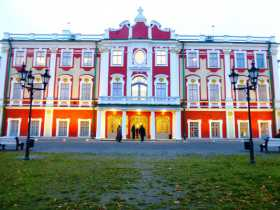 Pays baltes Estonie Russie La façade du palais de style italien par Pierre le Grand (château Katharinental) à Tallinn en Estonie au crépuscule