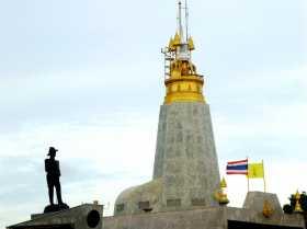 Asie du sud est Thaïlande Phuket phare lighthouse mer sea couchant sunset éléphants Le phare de Promthep de la pointe sud de l'île de Phuket en Thaïlande et, à gauche la statue de l'amiral Abhakara Kiartiwonges