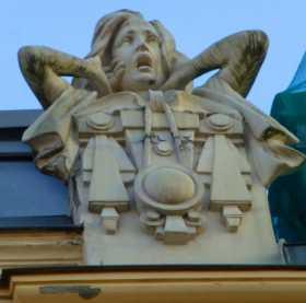 """Pays baltes Lettonie art nouveau Riga architecture En bordure du toit d'un immeuble de 5 étages, une statue inspirée du """"cri"""" d'Edward Munch"""