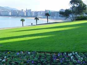 Espagne pays basque espagnol Euskadi Guipuzcoa Cantabrique San Sebastian Concha plage Igeldo Urgull baie Donostia palais royal Depuis les parterres de pensées et la pelouse tondue comme un green de golf du palais Miramar, la vue est panoramique sur toute la baie de la Concha
