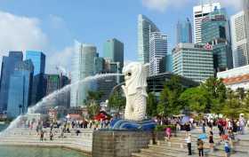 """Asie du sud-est Singapour modernisme tours skyline Merlion Park Le """"merlion"""" crachant de l'eau au pied des tours de Singapour"""