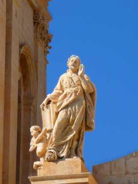 Italie Sicile Noto baroque anges Un angelot aux pieds de l'évangéliste Saint Marc soutient ses écrits