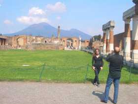 Italie Naples Pompéi Vésuve volcan Ce qui reste du centre de Pompéi avec le cône ouvert du Vésuve en arrière plan