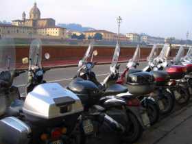 Italie Toscane Florence De l'autre côté de l'Arno, ce n'est pas le Duomo, mais la coupole très XVIIème de San Frediano in Cestello que regardent les scooters