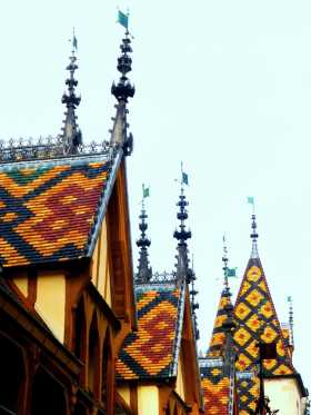 France Bourgogne Hôtel Dieu Beaune Des toits célèbres par leurs tuiles vernissées et colorées