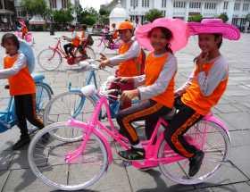 Asie Indonésie Java Jakarta Batavia Place Fatahillah centre ville enfants jeux sourires vélos sourires et poses de stars des enfants indonésiens sur la place Fatahillah à Batavia, cœur historique de Jakarta