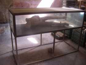 moulage en plâtre d'un habitant de Pompei figé dans les douleurs d'une mort brutale