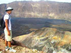 Une vue de tout le cratère sur les hauteurs du volcan