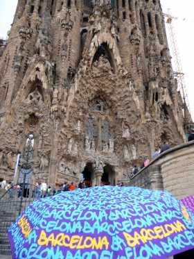 Espagne Catalogne Barcelone art nouveau Gaudi architecture Devant la Sagrada Familia sous la pluie