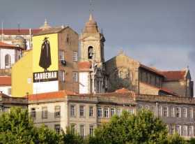 Europe Portugal Porto Douro Des monuments habillés de publicités