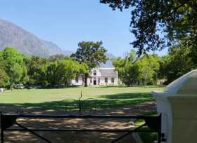 Image champêtre du domaine viticole de Boschendal qui a gardé son architecture hollandaise au nord-est du Cap