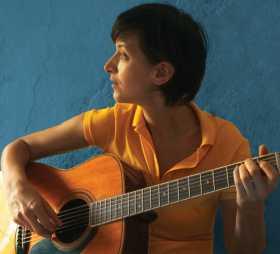 Pauline Croze revisite avec bonheur des chansons du répertoire français inspirées des rythmes brésiliens