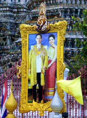A Bangkok, un des innombrables portraits du roi de Thaïlande qui vient de disparaître et de son épouse