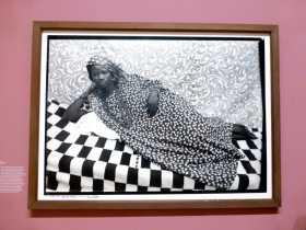 """Photographie art Mali Afrique """"La grande odalisque"""" du photographe malien Seydou Keita exposé au Grand Palais à Paris"""