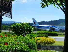 aéroports biodiversité Des fleurs, des plans d'eaux, des arbres, une végétation tropicale entre les pistes de l'aéroport de Koh Samui en Thaïlande