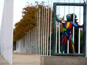 Statue de Robert Llimos, place des volontaires du village olympique de 1992 reflétant le syncrétisme multicolore de la ville