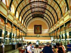 L'intérieur de la grande poste de Saïgon au Vietnam, un reste de patrimoine de l'époque française